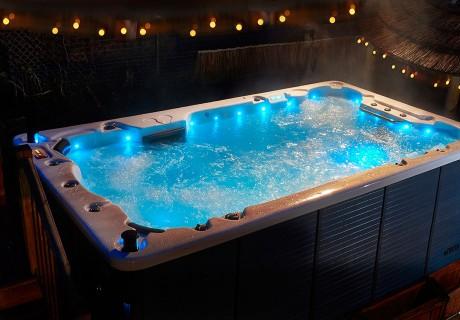 Lassen Sie die Welt draußen und genießen Sie die sprudelnde Wärme in Ihrem eigenen Outdoor-Whirlpool. Auch Ihr Badezimmer wird zu einem besonderen Ort der Entspannung mit einem prickelnden Indoor-Whirlpool. Besonders Sportliche können in unserem Swim-Spa trainieren.