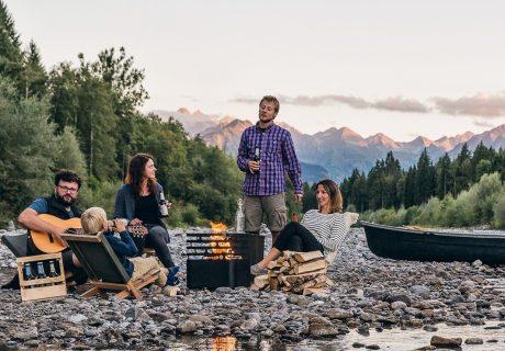 """Kanada hat eine große Tradition des Outdoor-Livings. Frei in der Natur bewegen, entspannen und die Jahreszeiten genießen. Für wunderschöne Tage im Garten bieten wir Dir passend zu Deinem Whirlpool oder dem """"hot tub"""", wie er in Amerika heißt, Gartenmöbel und Leuchten für das passende Ambiente an. Der berühmte Muskoka- oder Adirondack-Chair ist ein absoluter Klassiker. 1903 erstmals von Thomas Lee gestaltet, verbreitet er heute genauso wie damals seinen rustikalen Charme. Weitere Gartenmöbel, Feuerschalen und Kohlegrills von Eco Furn und höfats runden unser Sortiment ab."""